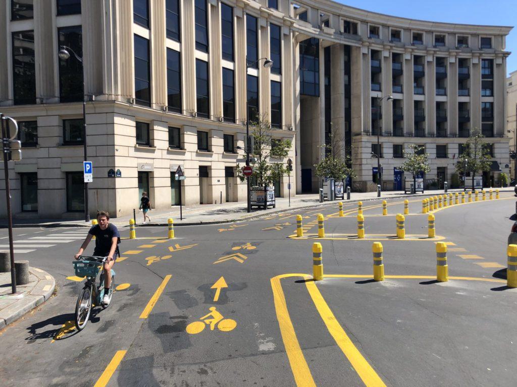 Photo d'un cycliste parcourant le giratoire protégé de la place de la Catalogne