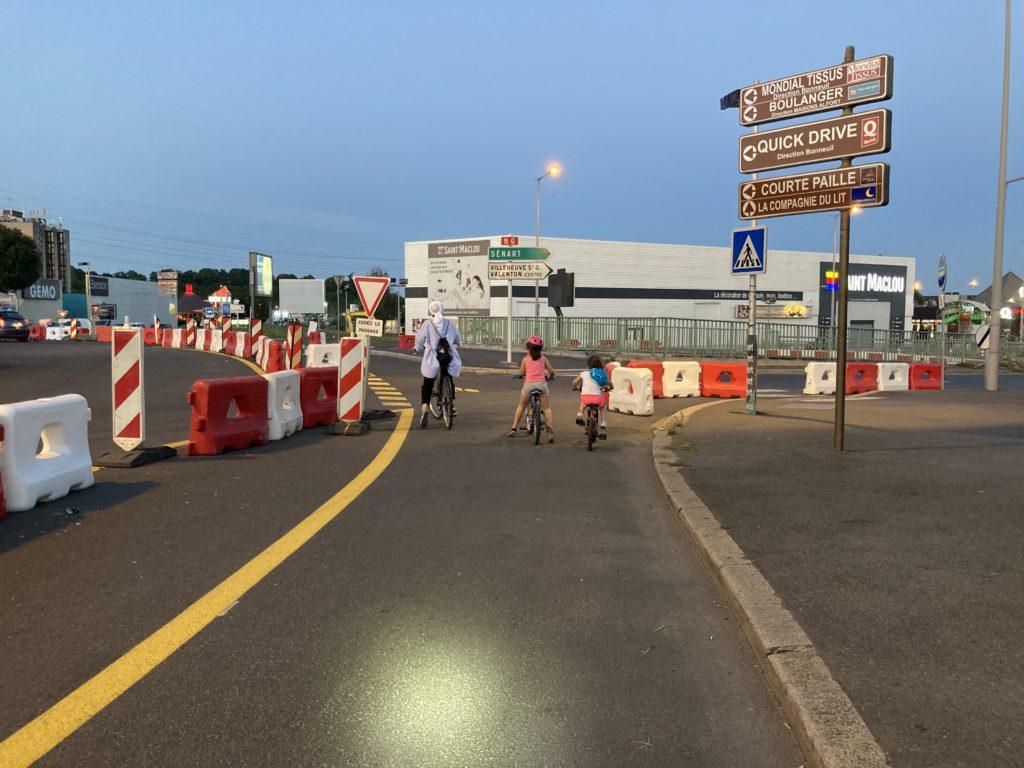 Une mère et ses deux filles traversent en toute sécurité une branche du giratoire Pompadour à Créteil